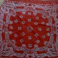 czerwona chusta we wzorki