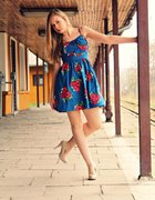 niebiesko czerwona sukienka z kokardką