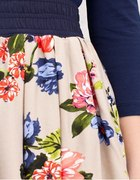 Kloszowana spódnica w kwiaty Stradivarius...