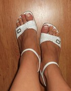 biale sandałki