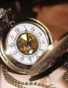 zegarek na łańcuszku ze złotym środkiem