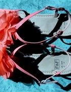 delikatny kwiatowy sandałek