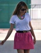 różowa spódniczka i biała bluzka