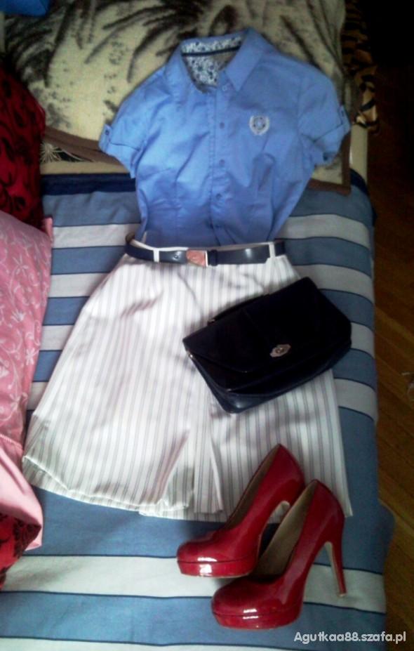 Do pracy Rozkloszowana biała spódnica plus błękitna koszula