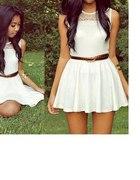 Śliczna biała rozkloszowana sukienka