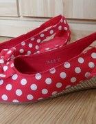 czerwone buty w groszki na lato