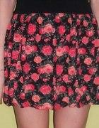 Czarna spódniczka w róże...