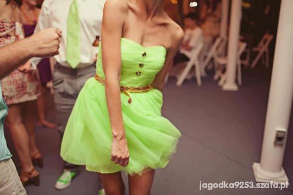Na specjalne okazje neonowa sukieneczka