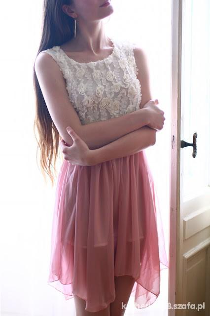 różowo beżowa sukienka różyczki