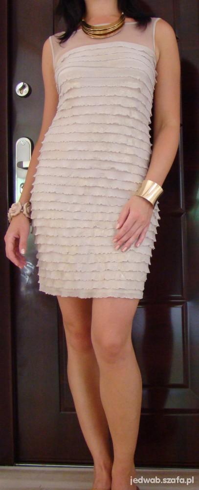 Na specjalne okazje Połyskująca sukienka z falbanek i złota biżuteria