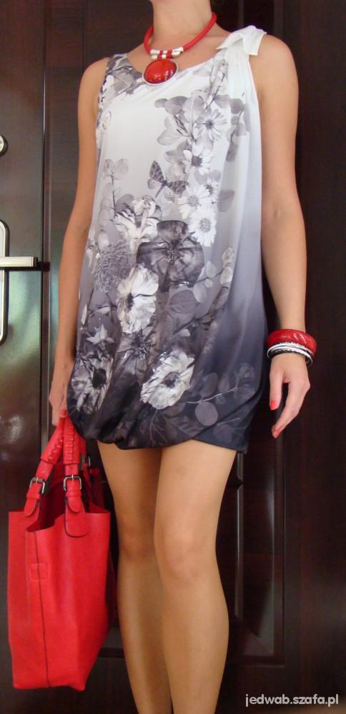 Eleganckie Białoszara sukienka bombka i czerwone dodatki