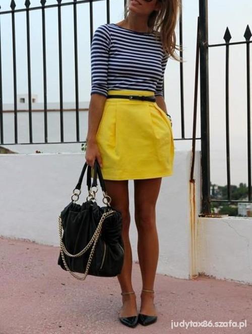 Pasiak i żółta neonowa spodnica