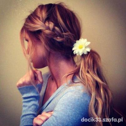 blondynka z kwiatem