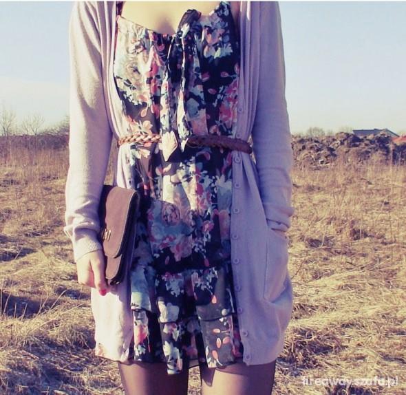Mój styl Sukienka w kwiatki i długi sweterek