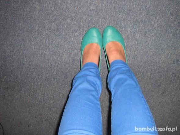 Kobaltowe rurki i zielone szpilki