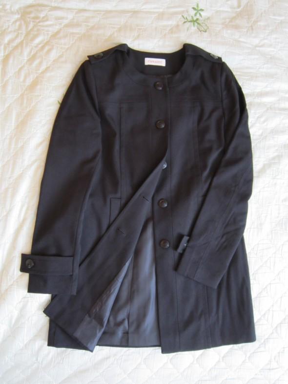 Czarny płaszcz jednorzędowy...