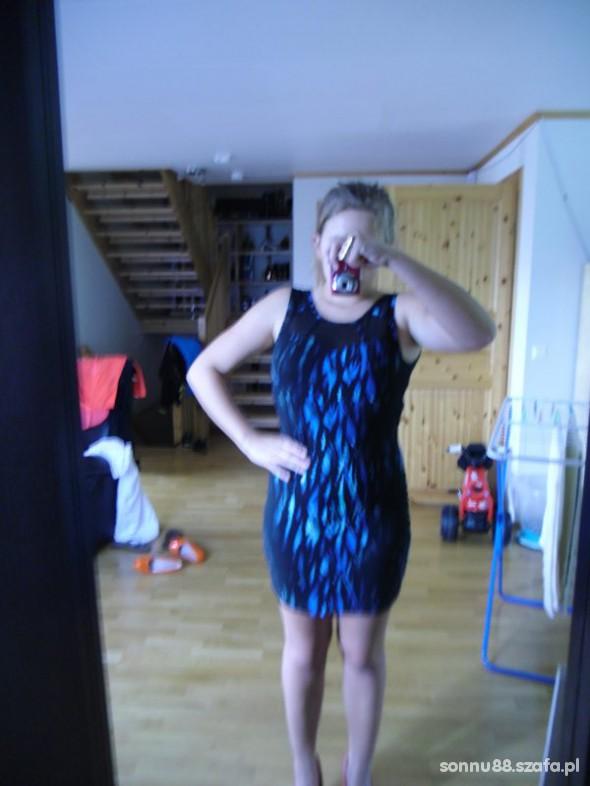 Czarna sukienka w niebieskie ciapy...