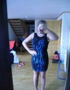 Czarna sukienka w niebieskie ciapy