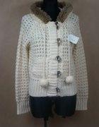 Kremowy sweter z futerkiem