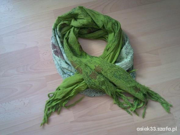 Chusty i apaszki ciekawy szal w różnych odcieniach zieleni