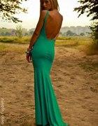 sukienka z odkrytymi pleacami