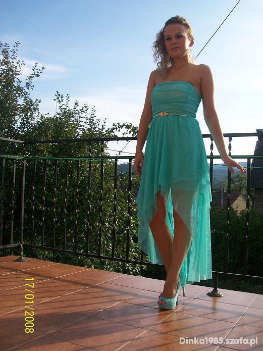 sukienka z wielu asymetrycznych warstw tiulu