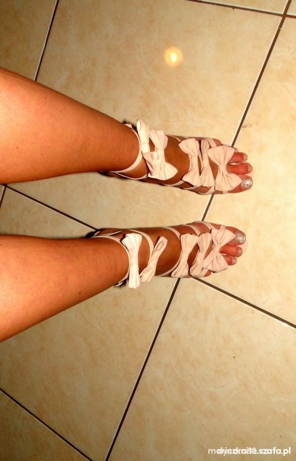 Śliczne buciki kokardki
