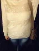 Jasny sweter jeansy i tenisówki...