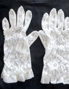 białe koronkowe rękawiczki...