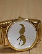 zegarek w kolorze złotym z wąsem