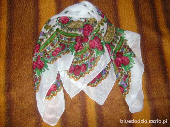 Chusty i apaszki biała chusta w kwiaty