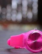 różowy zegarek a la swatch...