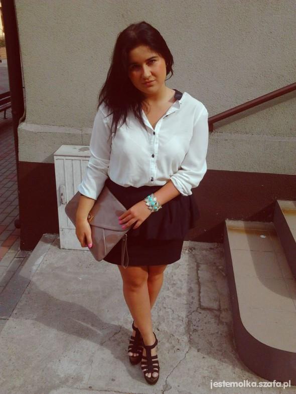 Na specjalne okazje biała koszula spódniczka z baskinka