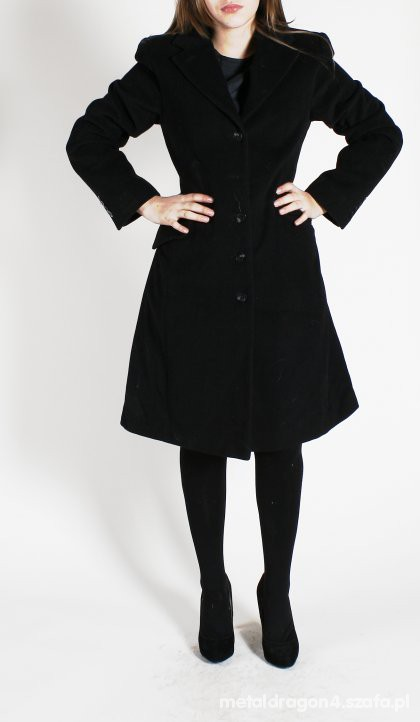 Czarny taliowany płaszcz na zime
