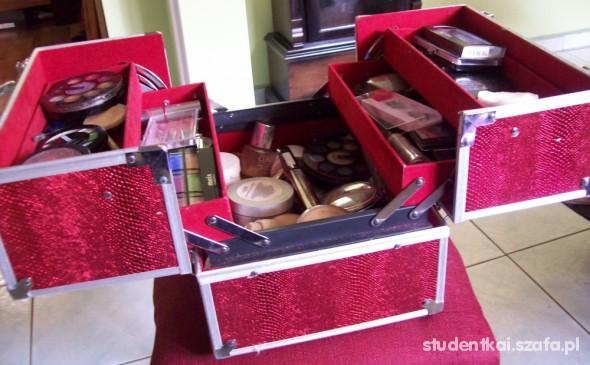 kuferek czerwony kosemtyki