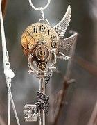 Magiczny wisior klucz z trybikami i skrzydłami