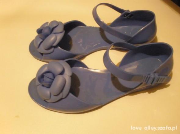 pastelowe błękitne sandałki meliski 37