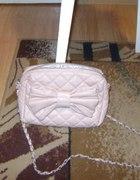 torebka z kokardka na łańcuszku