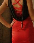 czarno czerwona sukienka dekolt woda