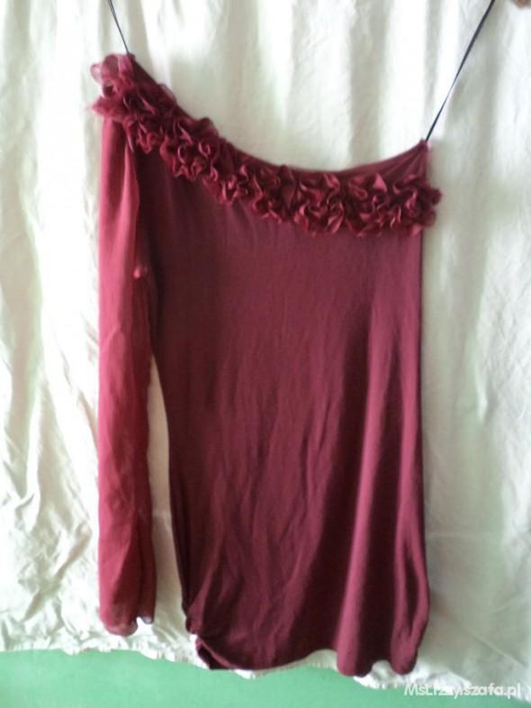 Burgundowa sukienka na jedno ramię z kwiatami Miso