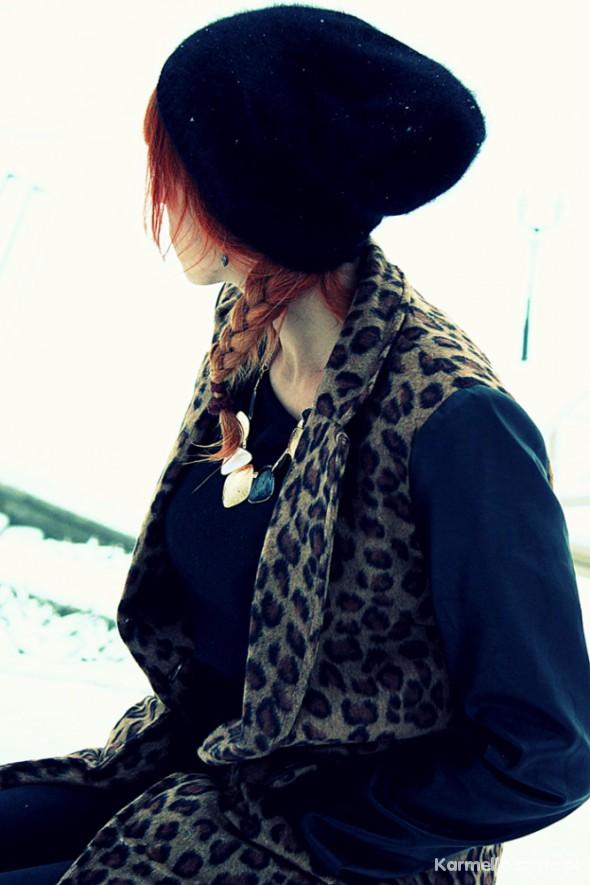 Płaszcz w panterkę ze skórzanymi rękawami