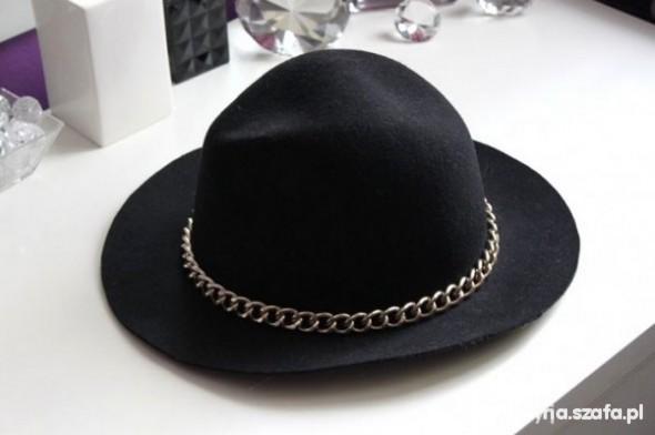 podobny lub taki kapelusz