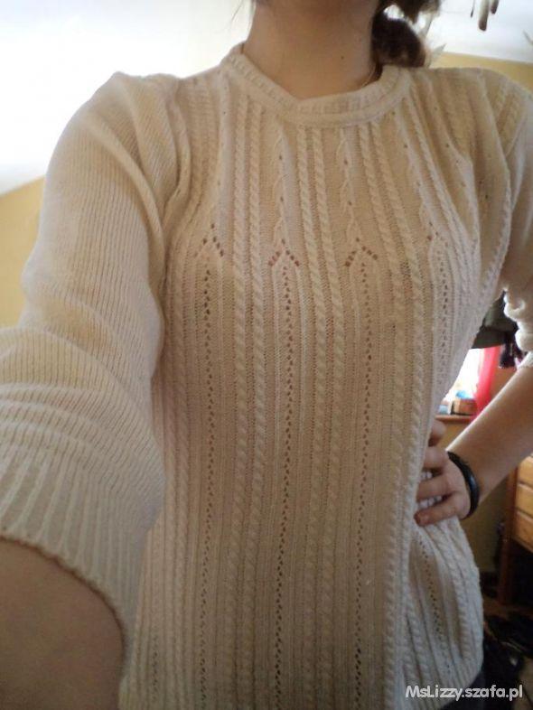 Lekki kremowy sweterek warkocze