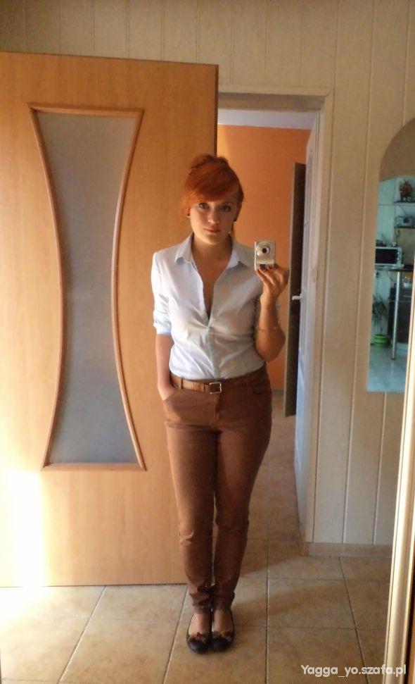Do szkoły Koszula i brązowe spodnie na uczelnie