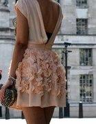piekna sukienka w kwiaty pastelowy róż