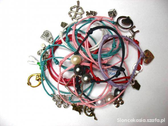 sznurkowe bransoletki z modnymi zawieszkami