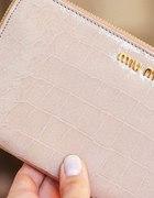 portfel lakierowany na złoty suwak