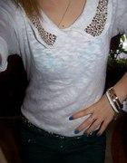 biała bluzka z kołnieżykiem