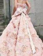 pudrowa suknia wytłaczane róże
