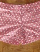 Modne pastelowe szorty w groszki